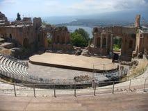 Het oude amfitheater van Taormina in Sicilië leunde uit op het overzees Italië royalty-vrije stock foto's