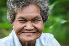 Het oude Aziatische vrouw glimlachen royalty-vrije stock fotografie