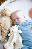 Het oude babygeluid van zeven maanden in slaap in voederbak Royalty-vrije Stock Fotografie