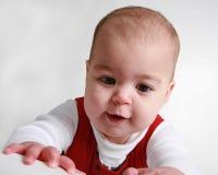 Het oude babymeisje dat van negen maanden leert te kruipen stock foto