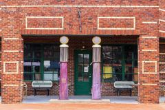 Het oude baksteenbenzinestation maakte ergens in een antieke opslag langs Route 66 tussen Oklahoma City en Tulsa Oklahoma met ret royalty-vrije stock foto's