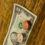 Het oude bankbiljet van twee Amerikaanse dollars en gekraste centen de V.S. ligt op a Stock Afbeelding