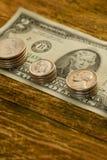 Het oude bankbiljet van twee Amerikaanse dollars en gekraste centen de V.S. ligt op a Stock Fotografie
