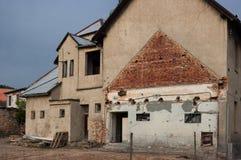 Het oude beschadigde huis Stock Foto's