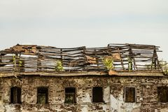Het oude beschadigde verlaten dakspardak dilapidated het woon uilding royalty-vrije stock fotografie