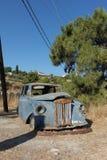 Het oude blauw verlaten autosamos Griekenland wrak van het wegzijspan royalty-vrije stock foto's
