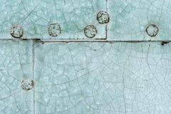 Het oude blauwe geschilderde vastgenagelde detail van de metaaldeur Stock Foto's