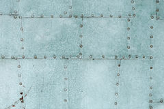 Het oude blauwe geschilderde vastgenagelde detail van de metaaldeur Royalty-vrije Stock Afbeeldingen