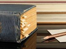 Het oude boek en het potlood Royalty-vrije Stock Fotografie