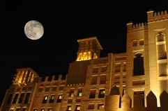 Het oude bulding met grote maan Stock Afbeeldingen