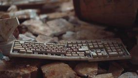 Het oude computertoetsenbord in een verlaten gebouw is onder het huisvuil stock video