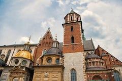 Het oude concept van de stadsarchitectuur Torenklokketoren met torenspitsen in Krakau Architecturale erfenis Oude of oude kerk of royalty-vrije stock fotografie