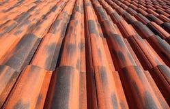 Het oude dak van de terracottategel Stock Afbeelding