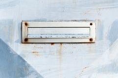 Het oude de brievenvakje of brievenbus op de traditionele manier van de poortdeur om brieven of post aan het huis te leveren rich Stock Foto