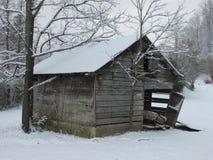 Het oude de Landbouwbedrijfbouw wiith Sneeuw Vallen Royalty-vrije Stock Foto