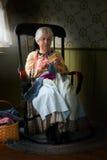Het oude de Vrouw van het Landbouwbedrijfland Breien stock foto