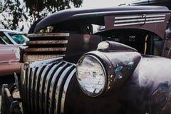 Het oude detail van de autokoplamp in slechte voorwaarde stock afbeeldingen