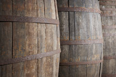 Het oude detail van wijn houten vaten in een wijnmakerij Warme Toon Stock Afbeeldingen