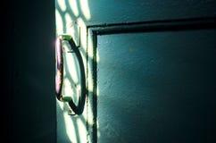 Het oude deurhandvat in de donkere ruimte Stock Foto's
