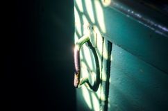 Het oude deurhandvat in de donkere ruimte Royalty-vrije Stock Foto