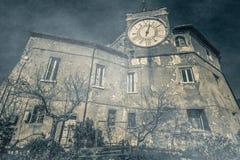 Het oude die kasteel door spoken wordt geteisterd Stock Afbeeldingen