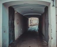 Het oude donkere perspectief van de steengateway met gloeiend eind Stock Afbeeldingen