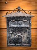 Het oude doorstane brievenbus hangen op een houten deur royalty-vrije stock foto's