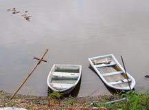 Het oude doorstane plastiek verdwijnt uit kleurenboten op vlotte waterspiegel langzaam Royalty-vrije Stock Foto's