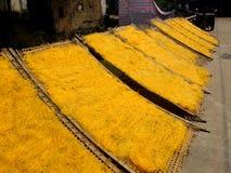 Het OUDE DORP van Cu DA, VIETNAM - de Traditionele glasvermicelli zijn in de zon gedroogd Stock Foto
