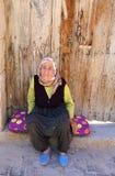 Het oude Dorpsvrouw stellen naast haar huisdeur 22,2017 juli in Selime, Aksaray, Turkije Stock Afbeeldingen