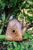 Het oude emmer geroeste staaltank Hangen op een boom stock fotografie