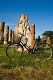 Het oude fiets en standbeeld van Boedha Stock Foto's