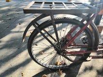 Het oude fietswiel werd niet gebruikt royalty-vrije stock foto