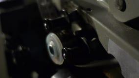 Het oude filmprojector spelen in de nacht Close-up van een spoel met een film stock video