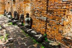 Het oude gearticuleerde standbeeld van Boedha is rode bakstenen muur royalty-vrije stock foto