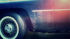 Het oude gebroken roestige auto drijven bij het slopen van yard stock videobeelden