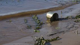 Het oude gebruikte metaal kan op de rivierbank stock videobeelden