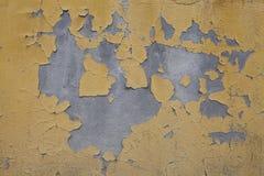 Het oude gele mosterdpleister, cementeert concrete muur Stock Afbeeldingen
