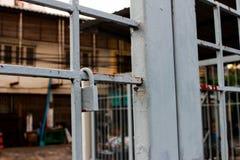 Het oude geroeste slot op blauwe roestige ijzerpoort, sluit omhooggaand en selectief royalty-vrije stock fotografie