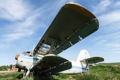 Het oude geruïneerde vliegtuig Stock Afbeeldingen