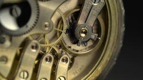 Het oude gouden klokmechanisme werken Sluit omhoog stock videobeelden
