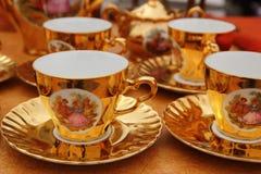 Het oude gouden porselein vormt coffe of thee tot een kom Stock Afbeelding