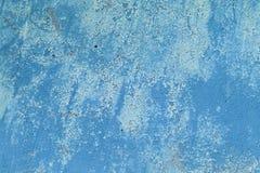 Het oude grunge vuile gebarsten uitstekende lichtblauwe beton en het cement vormen textuurmuur of vloerachtergrond stock foto