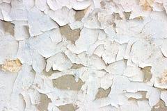 Het oude grunge vuile gebarsten uitstekende lichtgrijze beton en het cement vormen textuurmuur of vloerachtergrond met doorstane  stock afbeeldingen