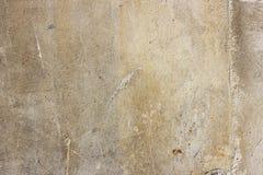Het oude grunge vuile gebarsten uitstekende lichtgrijze beton en het cement vormen textuurmuur of vloerachtergrond met doorstane  royalty-vrije stock foto's