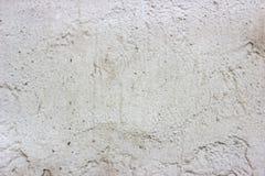 Het oude grunge vuile gebarsten uitstekende lichtgrijze beton en het cement vormen textuurmuur of vloerachtergrond met doorstane  stock fotografie