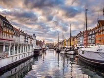 Het oude havengebied van Nyhavn in Kopenhagen Denemarken royalty-vrije stock afbeelding