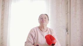 Het oude hogere vrouw in dozen doen stock video