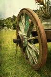Het oude hout van het wagenwiel royalty-vrije stock afbeeldingen