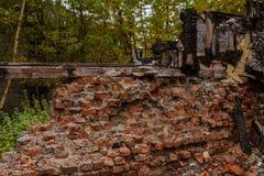 Het oude houten branden-benedenhuis een mening van bakstenen muur van binnenuit royalty-vrije stock fotografie